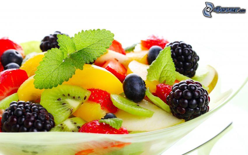 owoc, owoce leśne, jeżyny, mięta, plasterki kiwi