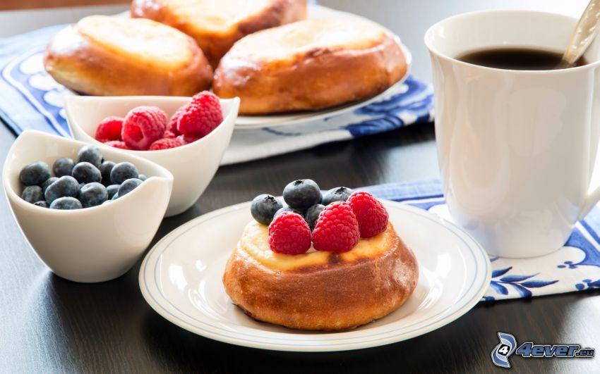 śniadanie, ciasteczka, filiżanka kawy, jagody, maliny