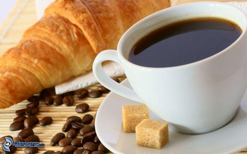 śniadanie, filiżanka kawy, croissant, ziarna kawy, kostki cukru