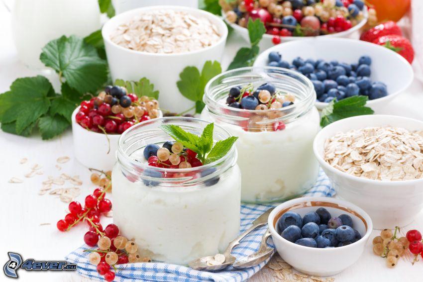 śniadanie, jogurty, musli, jagody, porzeczki