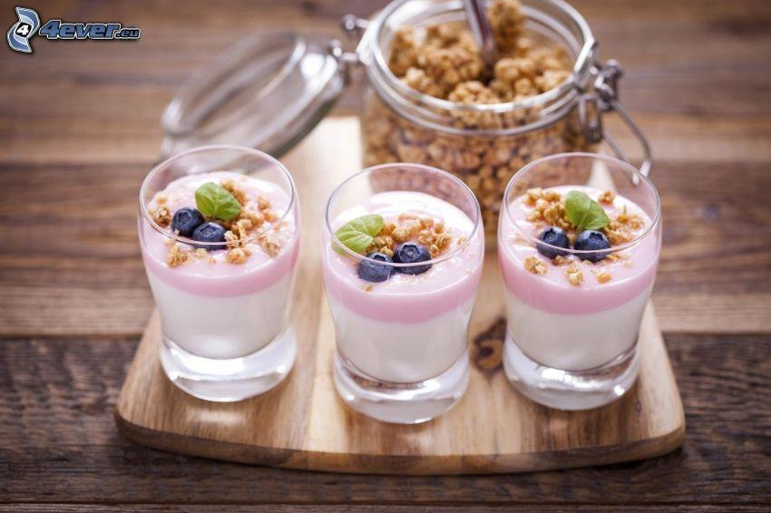 śniadanie, jogurty, musli, jagody