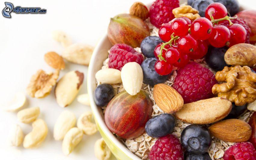 śniadanie, musli, czerwone porzeczka, jagody, maliny, orzechy, orzechy włoskie, migdały