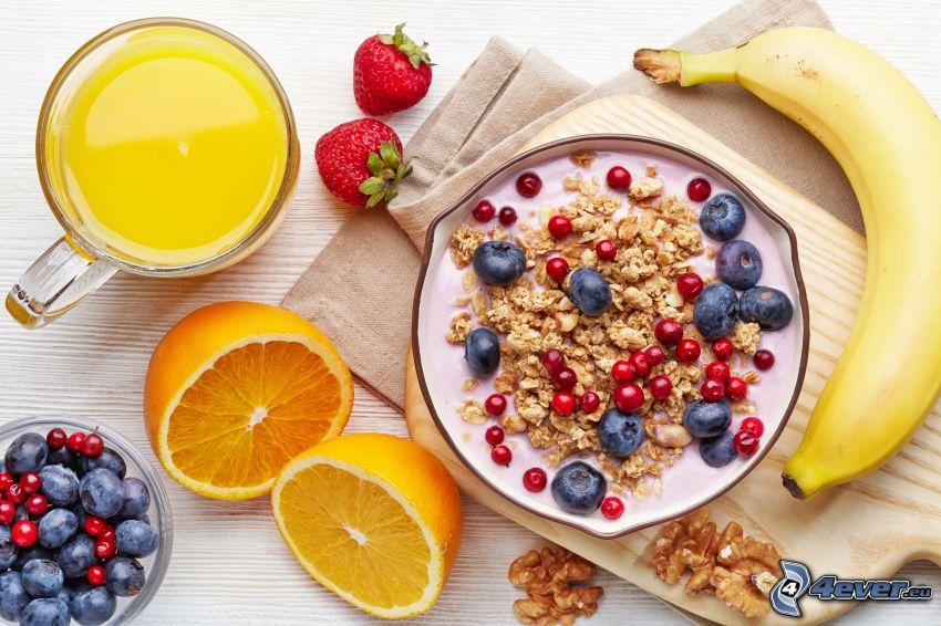śniadanie, musli, jogurt, jagody, banan, truskawki, orzechy włoskie, sok pomarańczowy
