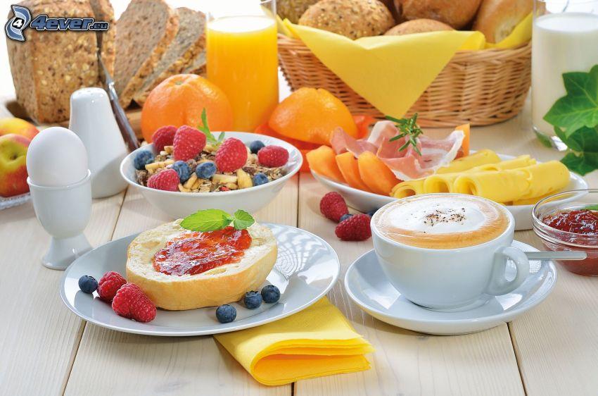 śniadanie, pieczywo, filiżanka kawy, jagody, maliny, sok pomarańczowy