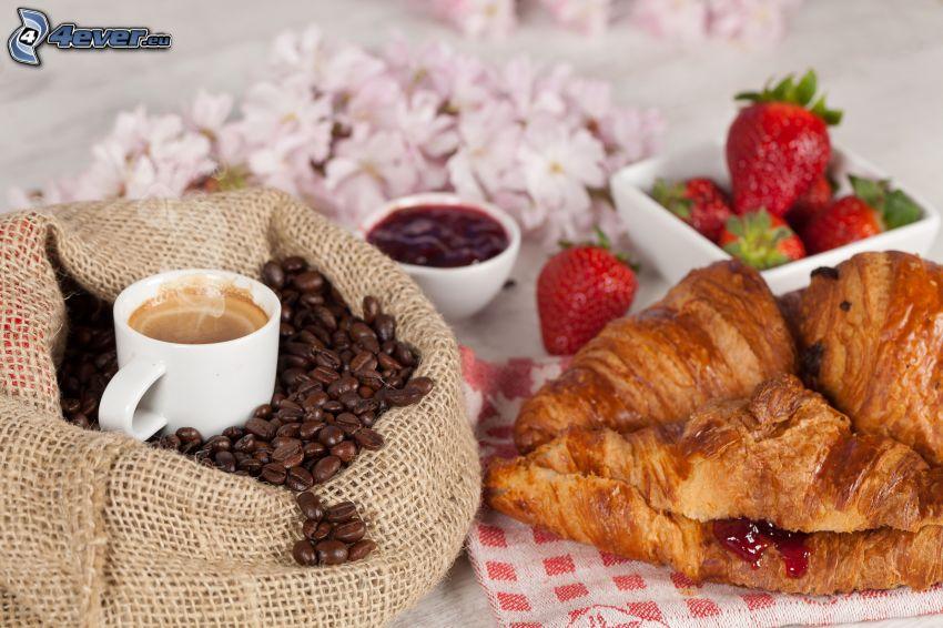 śniadanie, rogale, filiżanka kawy, ziarna kawy, truskawki