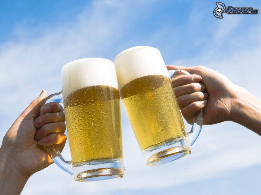 szklanki piwa