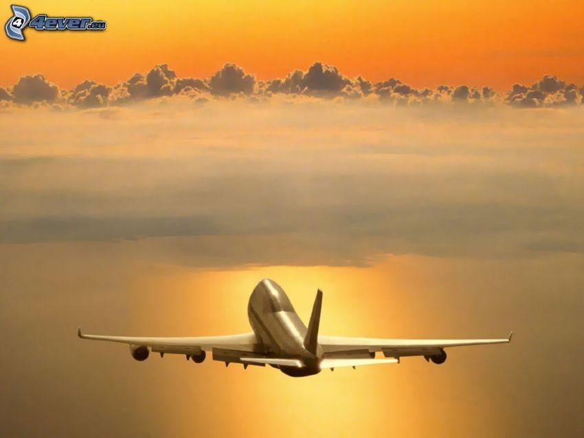 Boeing 747, wschód słońca, chmury