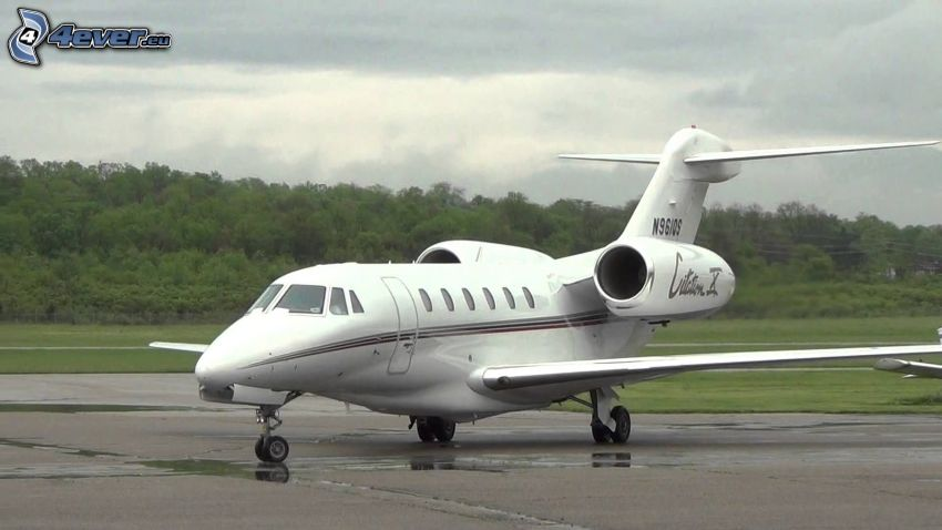 Citation X - Cessna, lotnisko, las