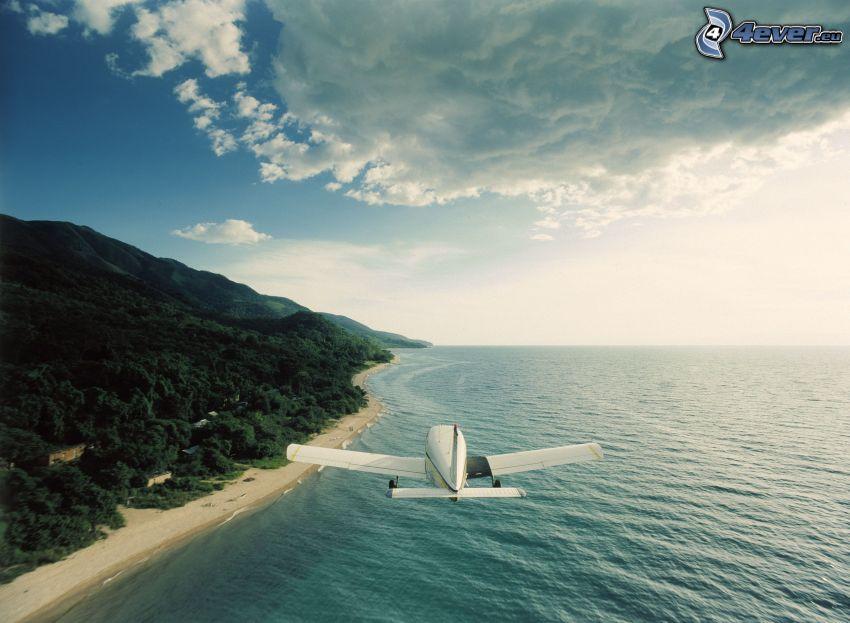 mały sportowy samolot, plaża, widok na morze, wyspa, lot