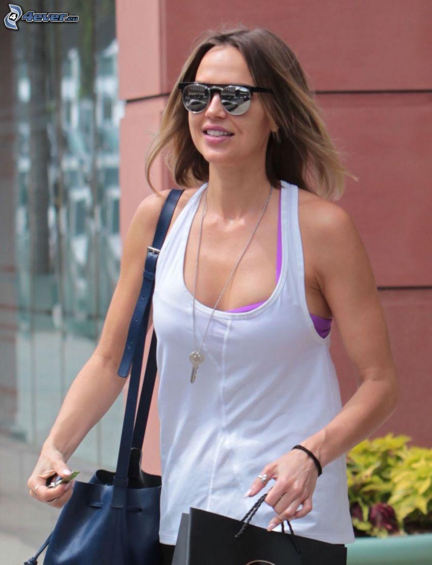 Arielle Kebbel, okulary przeciwsłoneczne, torba