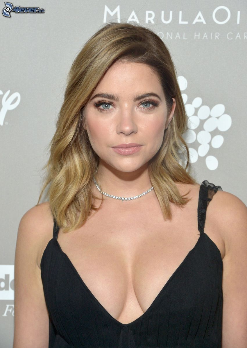 Ashley Benson, czarna sukienka