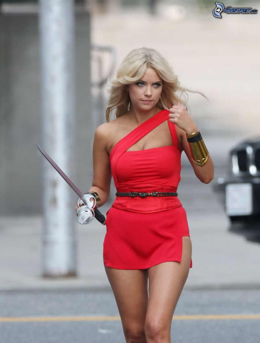 Ashley Benson, czerwona sukienka, miecz
