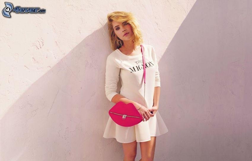 Ashley Benson, różowa torebka
