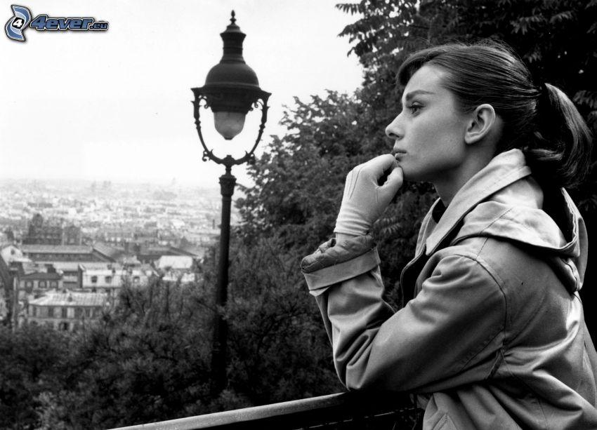 Audrey Hepburn, lampa, czarno-białe zdjęcie