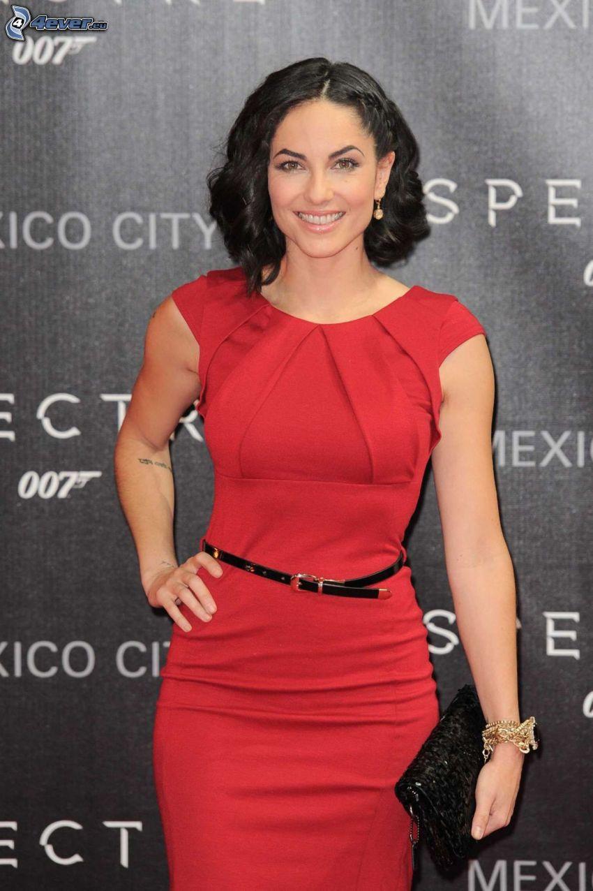 Barbara Mori, czerwona sukienka, uśmiech