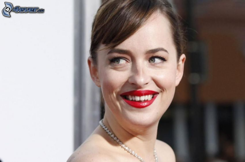 Dakota Johnson, śmiech, czerwone usta
