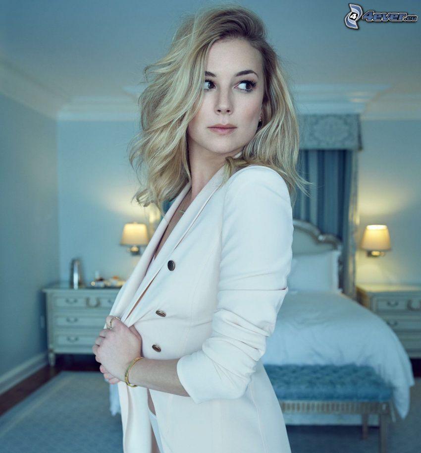 Emily VanCamp, spojrzenie, marynarka, łóżko