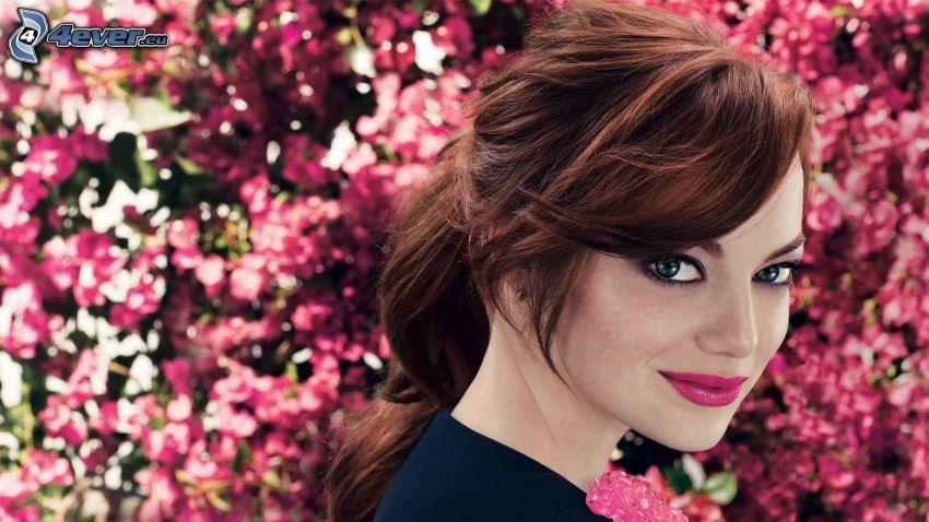 Emma Stone, różowe kwiaty