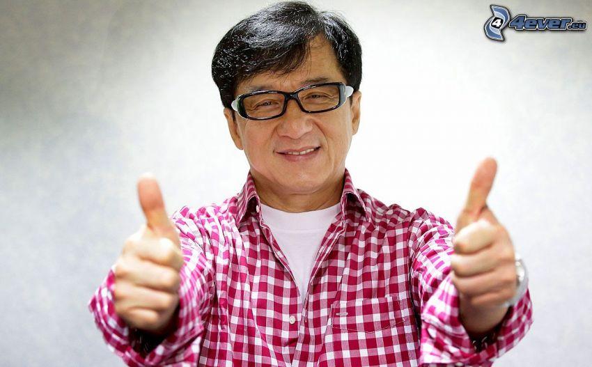 Jackie Chan, mężczyzna w okularach, kciuk w górę
