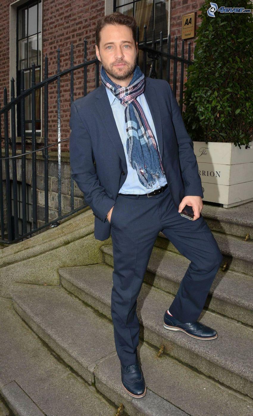 Jason Priestley, mężczyzna w garniturze, szalik