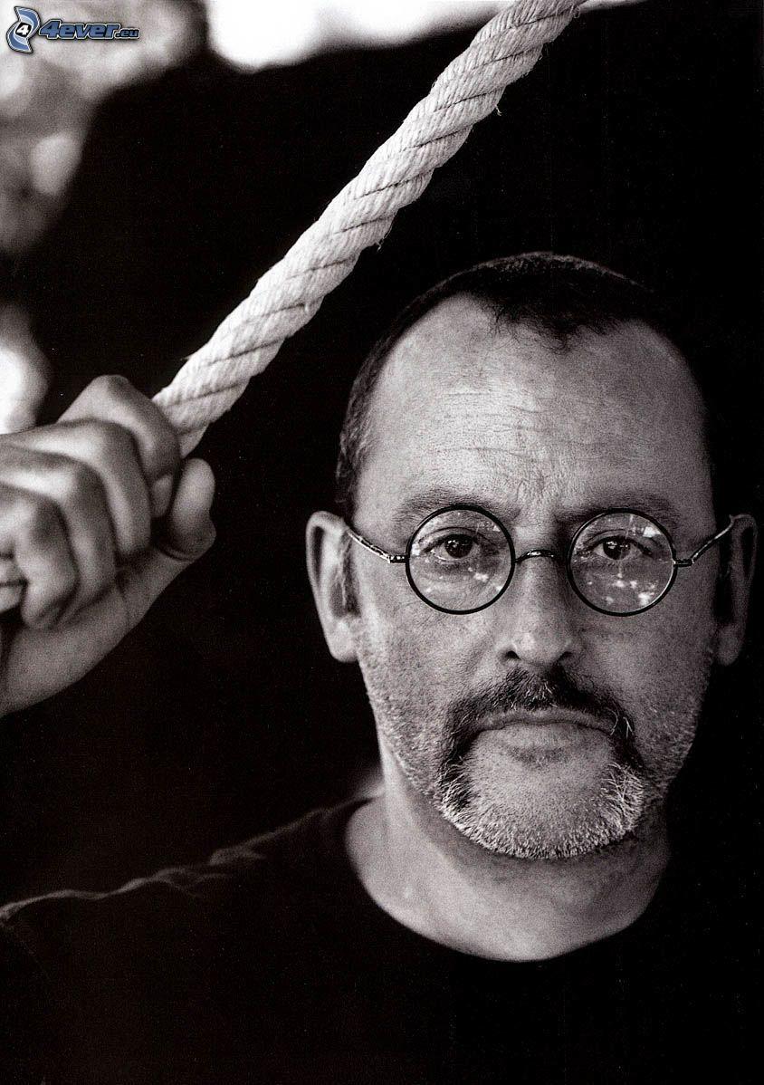 Jean Reno, mężczyzna w okularach, czarno-białe zdjęcie, lina