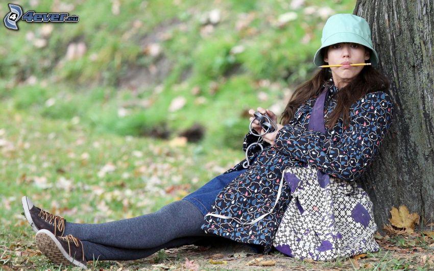 Jessica Alba, kapelusz, ołówek