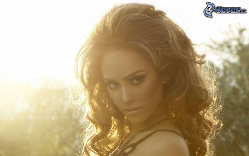 Jessica Alba, kręcone włosy