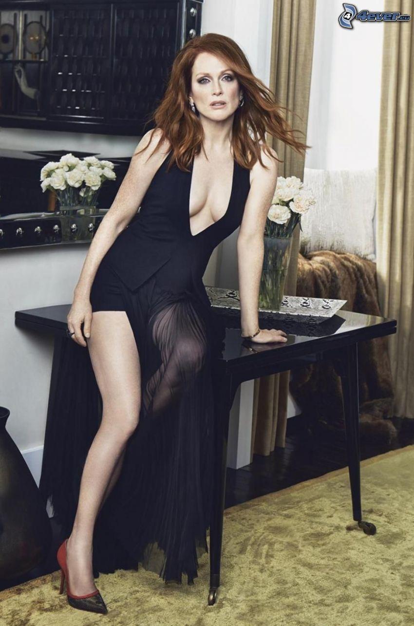 Julianne Moore, czarna sukienka, stół, bukiet