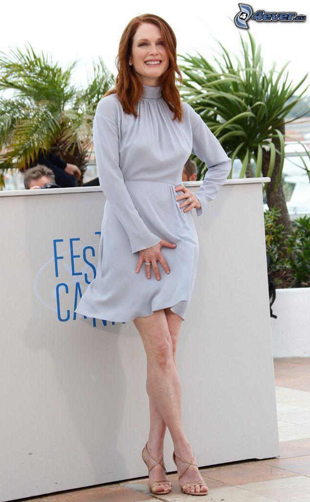 Julianne Moore, szara sukienka, uśmiech