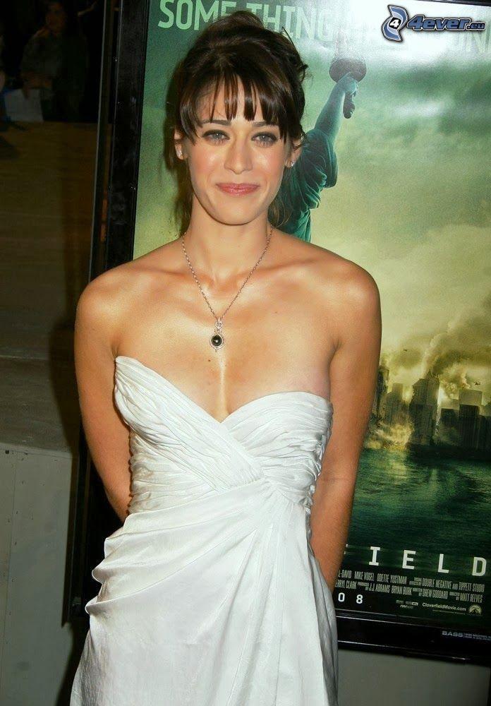 Lizzy Caplan, biała sukienka