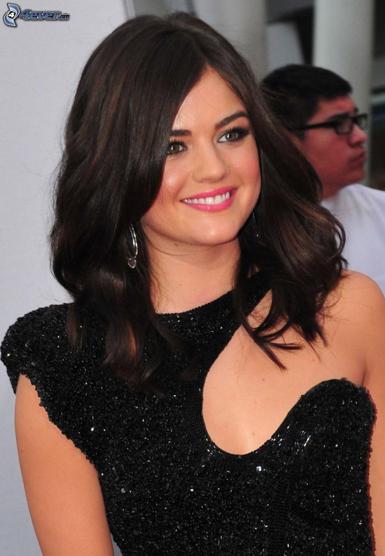Lucy Hale, czarna sukienka, uśmiech