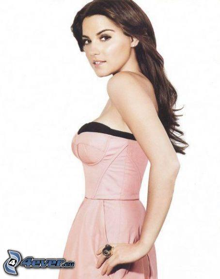 Maite Perroni, brunetka, różowa sukienka