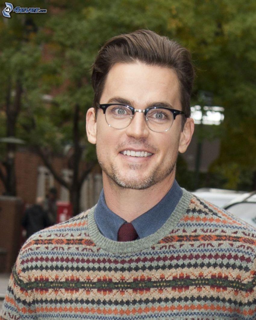 Matt Bomer, mężczyzna w okularach, uśmiech
