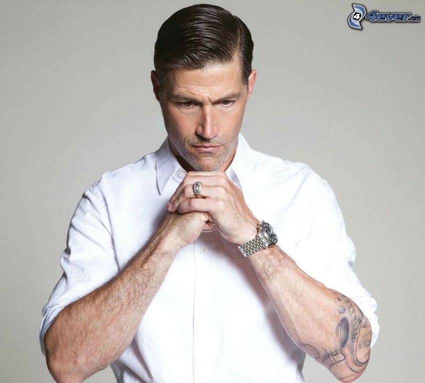 Matthew Fox, biała koszula, tatuaż