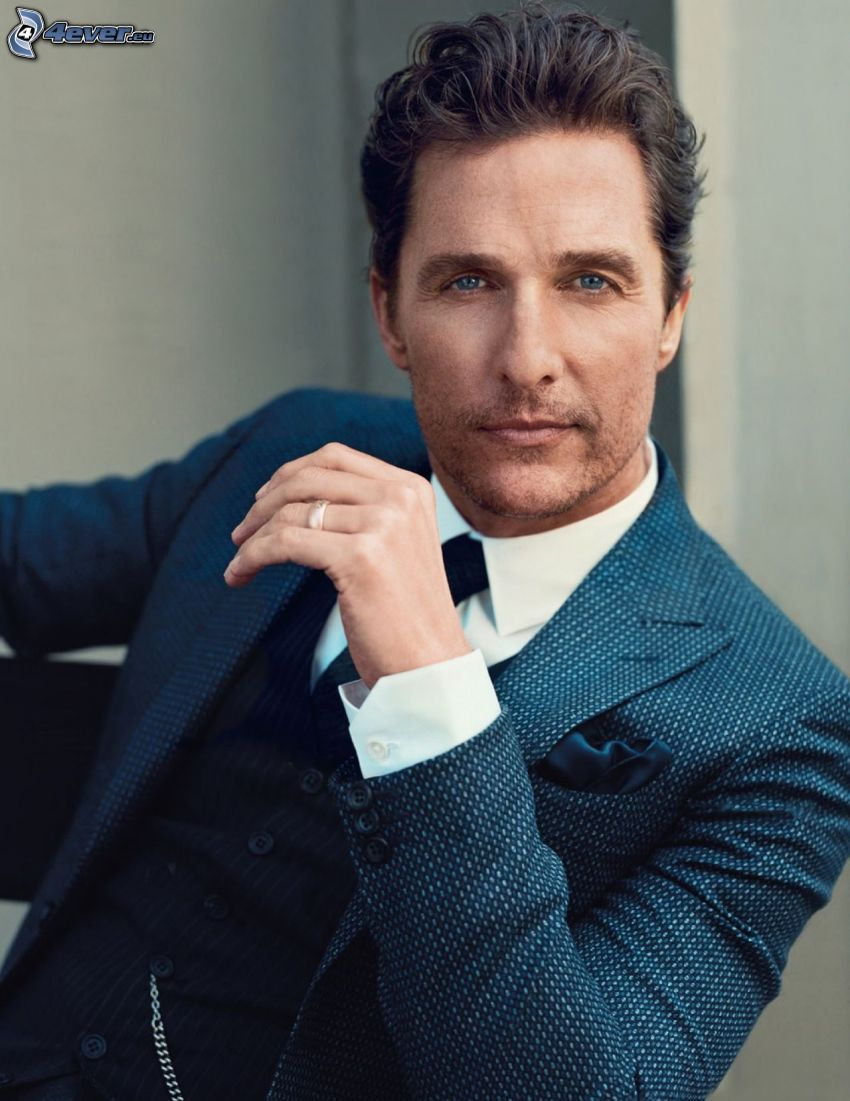 Matthew McConaughey, mężczyzna w garniturze