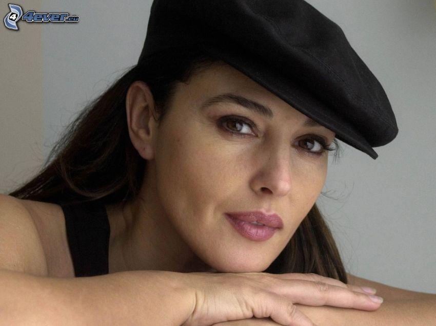 Monica Bellucci, czapka