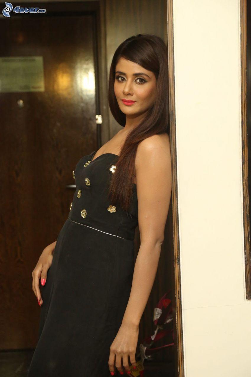 Parul Yadav, czarna sukienka
