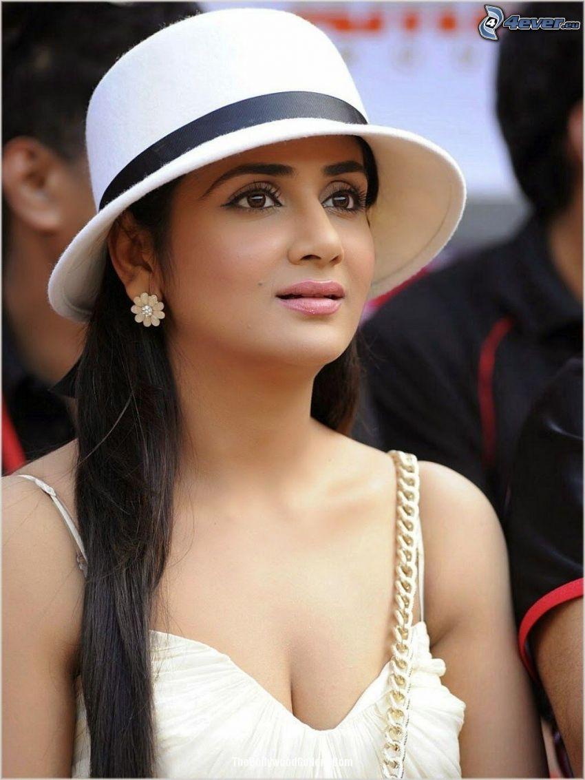 Parul Yadav, kapelusz, spojrzenie