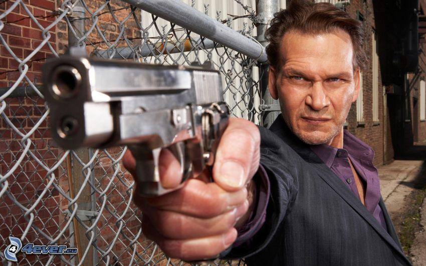 Patrick Swayze, mężczyzna z pistoletem, ogrodzenie z drutu