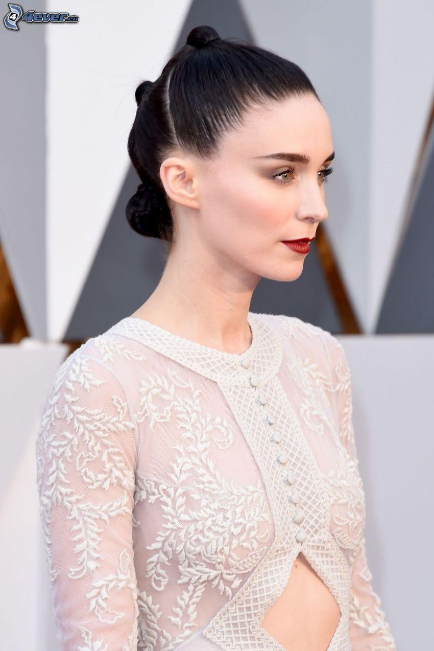 Rooney Mara, czerwone usta, biała sukienka