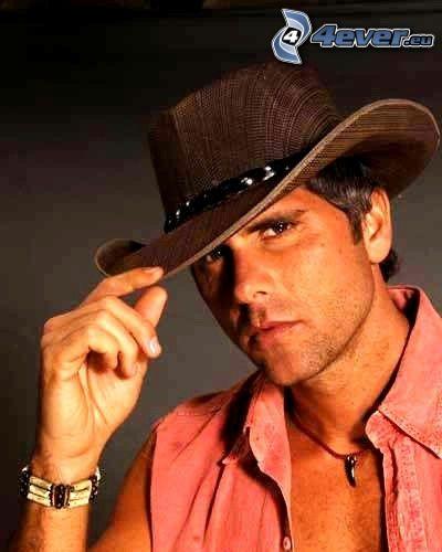 Santiago Ganipa, aktor, kapelusz