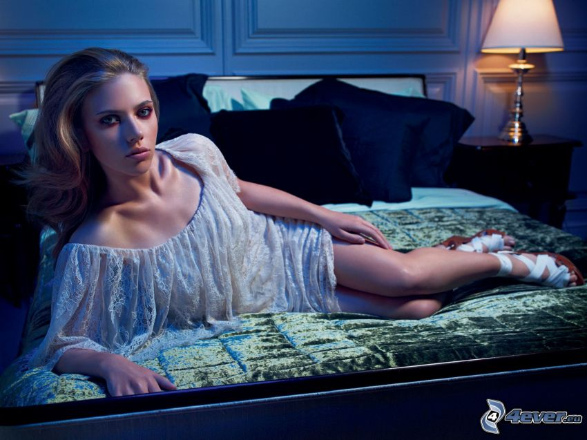 Scarlett Johansson, modelka, piosenkarka, łóżko