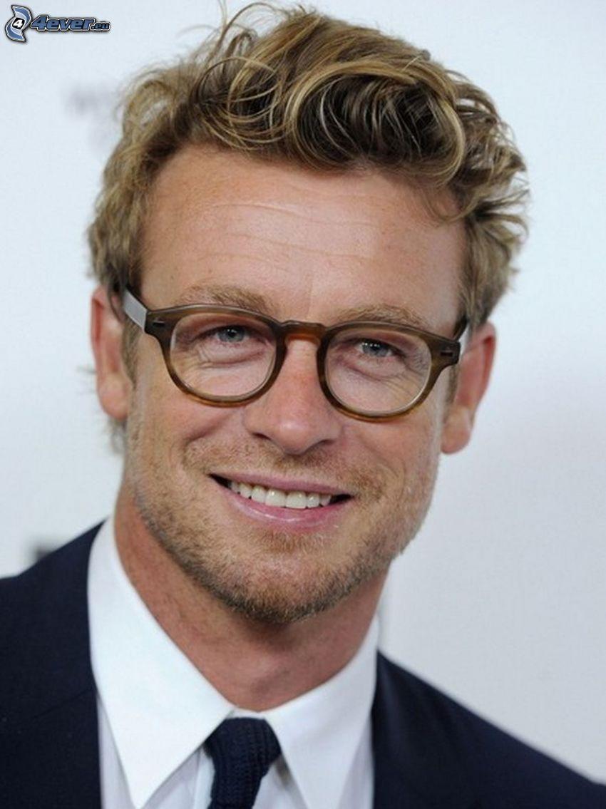 Simon Baker, mężczyzna w okularach, uśmiech