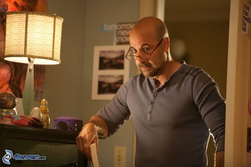 Stanley Tucci, lampa, mężczyzna w okularach