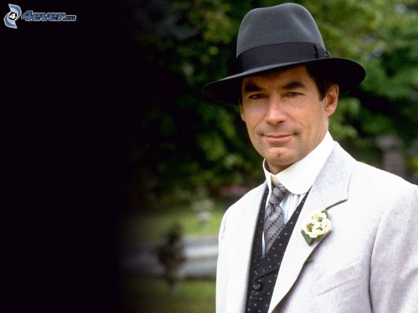 Timothy Dalton, mężczyzna w garniturze, kapelusz