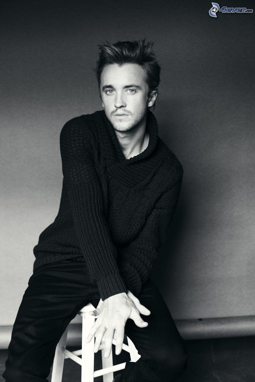 Tom Felton, czarno-białe zdjęcie