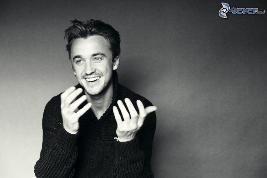 Tom Felton, śmiech, czarno-białe zdjęcie
