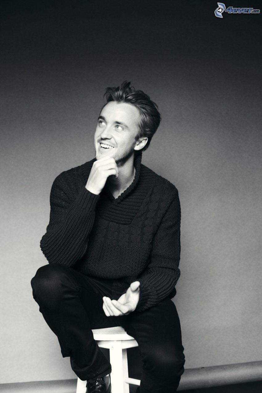 Tom Felton, uśmiech, spojrzenie, czarno-białe zdjęcie