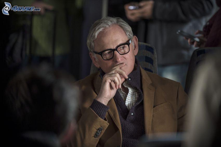 Victor Garber, mężczyzna w okularach, spojrzenie