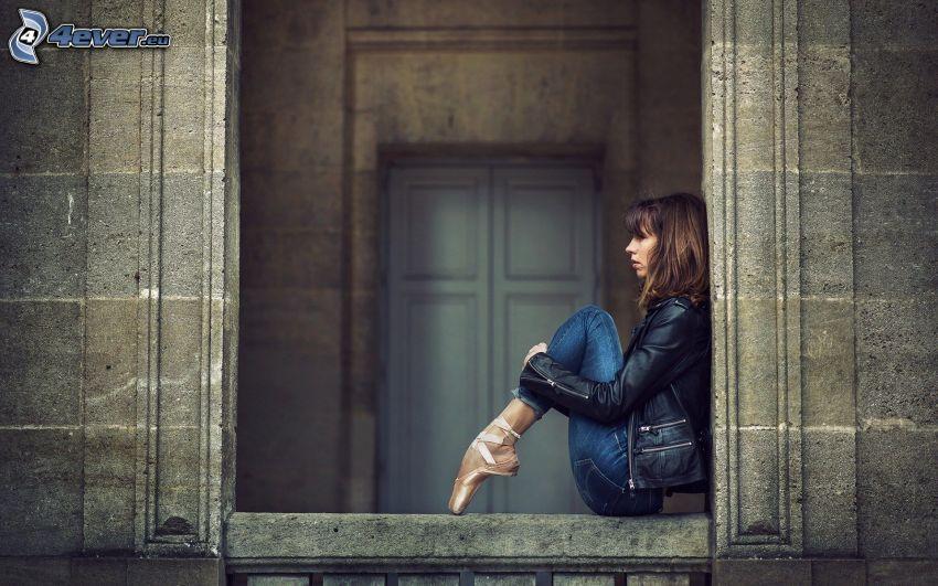 baletnica, brunetka, okno